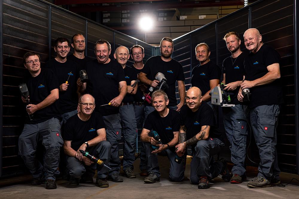 Gasokol Team Arbeiter vor Solarkollektor