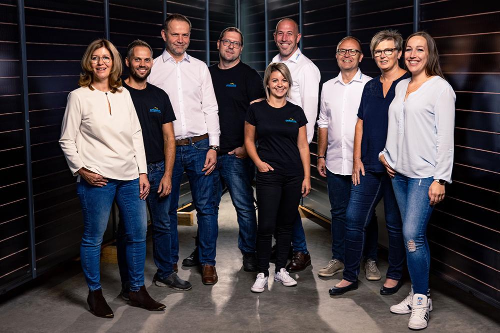 Gasokol Team vor Solarpanele